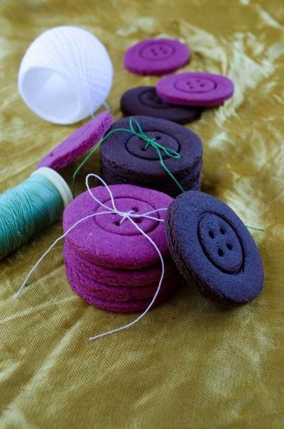 Colorful Button Cookies. Kue kancing dengan warna-warna yang berani, ungu tua dan biru tua. Kenapa tidak?