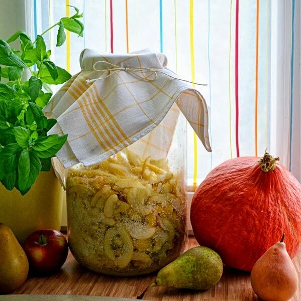 nalewka, domowa nalewka, pigwowiec, sloj z nalewkaą, robienie nalewki, pigwa, jak zrobić nalewkę, parapet kuchenny, bllog, zycie od kuchni