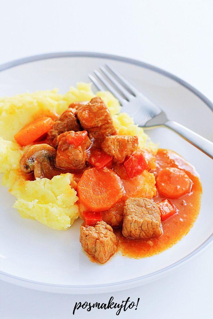 tradycyjny gulasz wegierski z marchewka papryka i pieczarkami