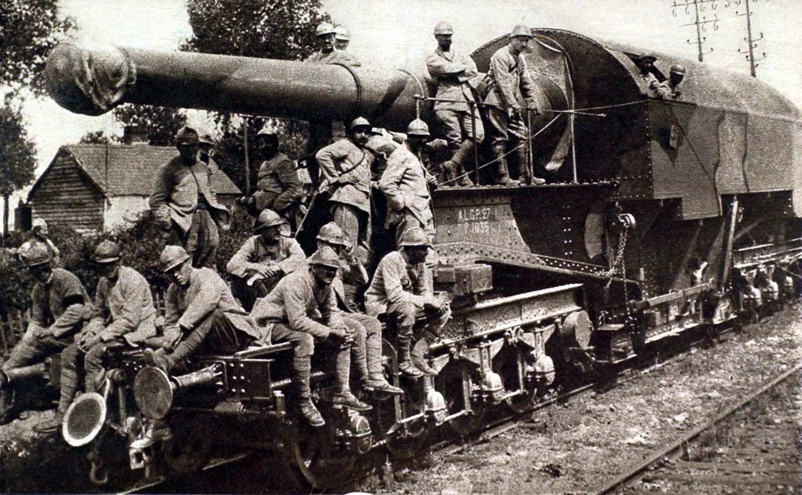 A 274-millimeter railway gun used in France in World War I. 1916.