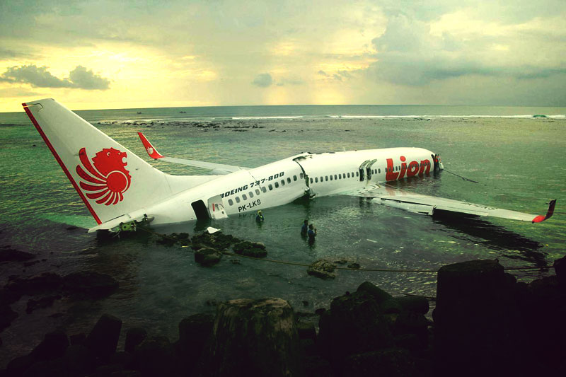 New Boeing 737-800ER NG Lion Air landed on Bali Sea ...