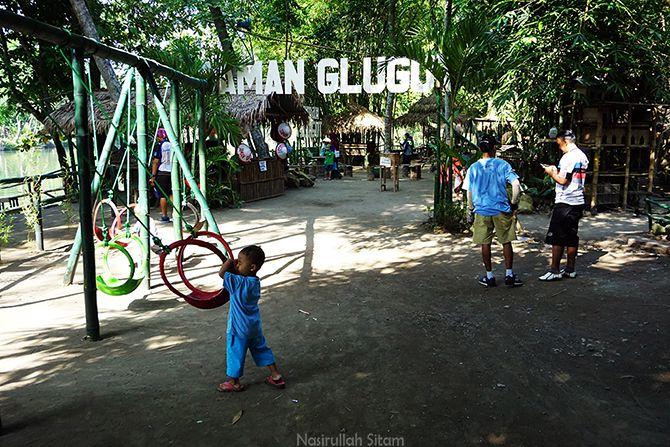 Anak kecil bermainan ayunan di Taman Glugut