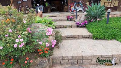 Escada de pedra folheta, pedra paralelepípedo e pedra rachão. Escada com o paisagismo com pedras ornamentais.
