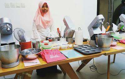 teteh rafa shahira di depan meja alat bahan membuat cupcakes masak bersama barbie chef stella lowis nurul sufitri blogger