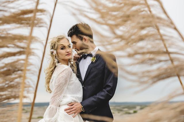 Fryzura ślubna z piórkami