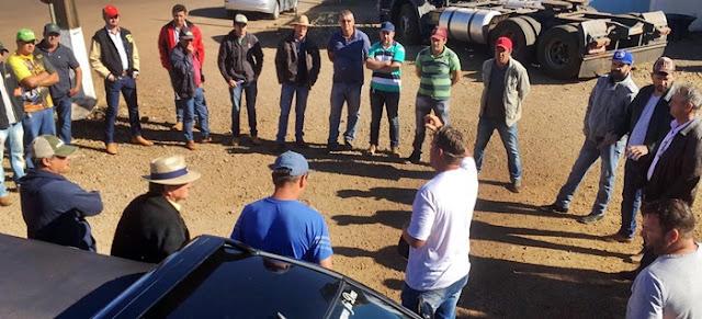 Em Roncador, caminhoneiros liberam a passagem para agricultores realizarem o plantio