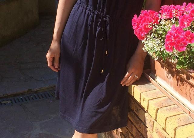 Soldes robe bleue promod et sandales à pompons camaieu