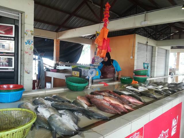 Pasar nelayan Pantai Puteri