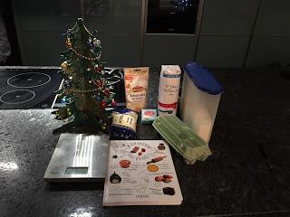 Ingrédients pour la réalisation du gâteau de semoule accompagné d'une sauce au chocolat.