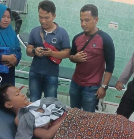 Rasmi menemani anaknya yang terluka akibat diserang buaya.