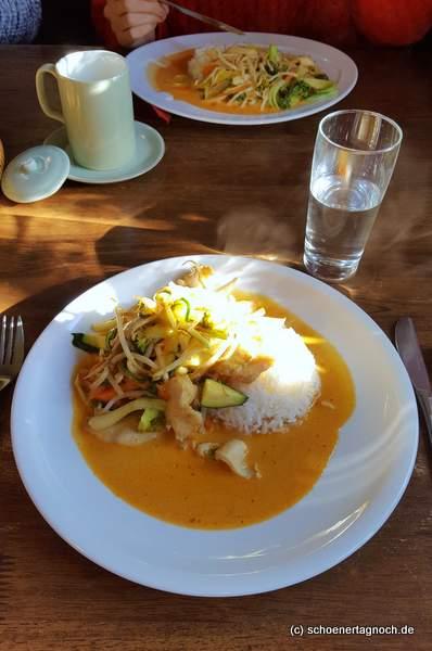 Curry mit Hähnchen, Gemüse, Kokosmilch und Reis im Bep Xua in Karlsruhe