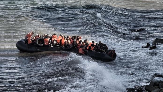Barcone pieno di migranti affonda sugli scogli
