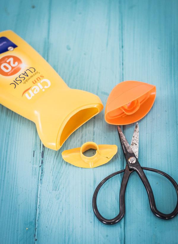 Upcycling: Aus der Sonnenmilch-Flasche wird ein Versteck für den Strand