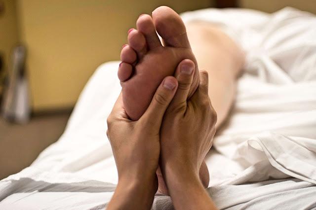 Masaż stóp - dlaczego warto robić go zimą?
