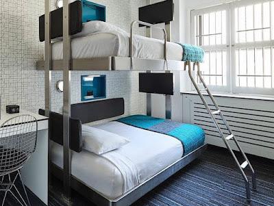 Chambre : lits superposés proche de la fenêtre, avec échelle métallique