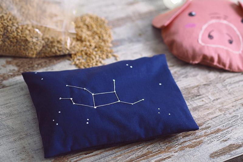 KuneCoco • DIY • Körnerkissen mit Dinkelfüllung • Wärmekissen mit gesticktem Sternzeichen-Motiv