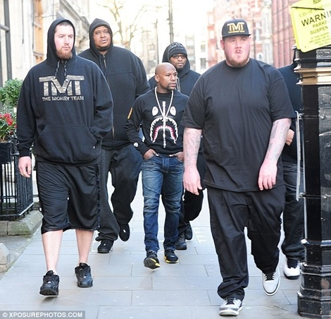 Hilarious Photo: Floyd Mayweather Dwarfed in the Middle of His Burly Bodyguards (Photos)