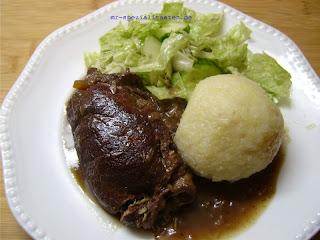 Rinderrouladen braten mit Knödel und Salat