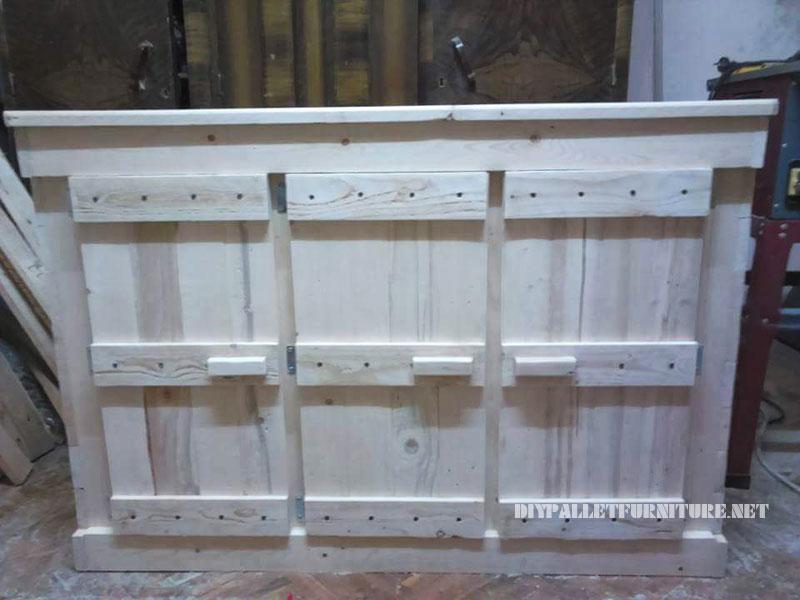 Peque o armario de triple puerta con for Puertas corredizas de palets