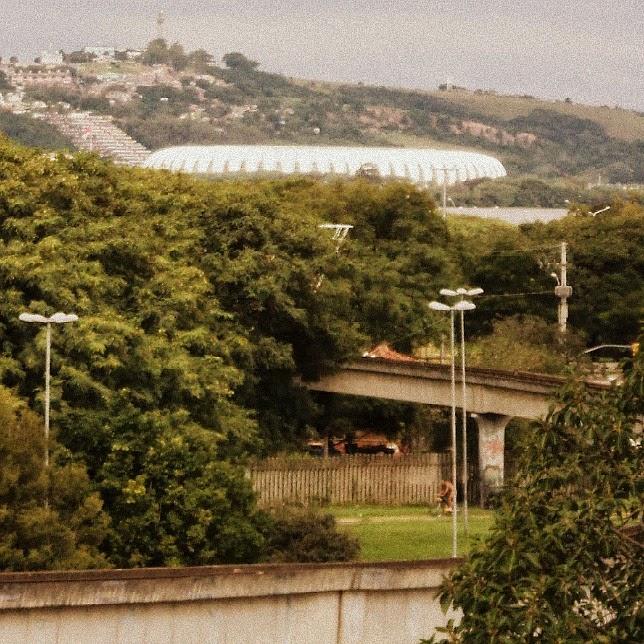 Porto Alegre - Trilhos do Aeromóvel, no primeiro plano. Estádio Beira-Rio, no segundo plano.