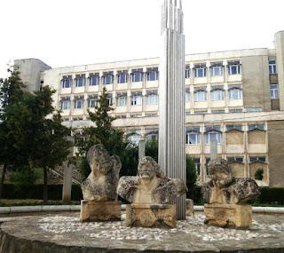 Horea, CLosca si Crisan, grup statuar langa corpul V Universitatea Transilvania