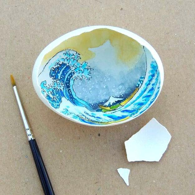 Artista turca pinta obras de arte dentro de cáscaras de huevo