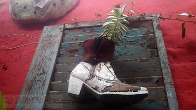 botinha transformada em vaso em veneziana rústica