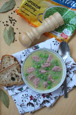 Zupa z mrożonym zielonym groszkiem i białą kiełbasą