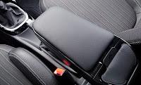 Bir otomobilin koltuk arasındaki kolçağı