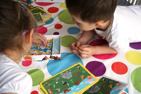 dzieci grają w grę zielona sowa - znajdź mnie