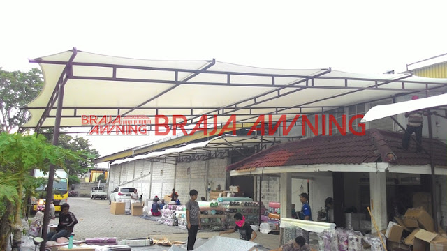 Kanopi kain di teras bangunan pabrik