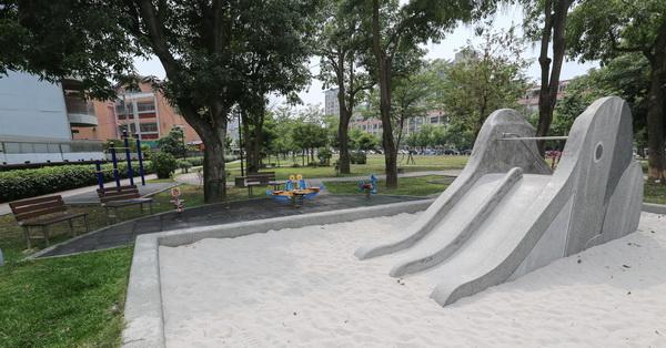 台中北屯|仁和廣福公園|大象磨石子溜滑梯|沙坑|綠草坪|特色公園|親子景點|12感官遊具