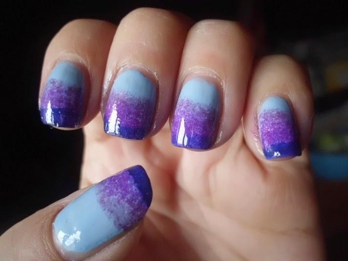 manicura azul degradada