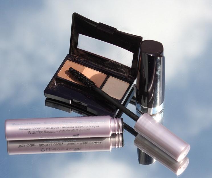 opened eyeshadow compact and mascara showing wand.jpeg