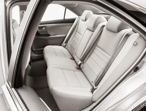 Nội thất màu xám trắng ở phiên bản Toyota Camry LE