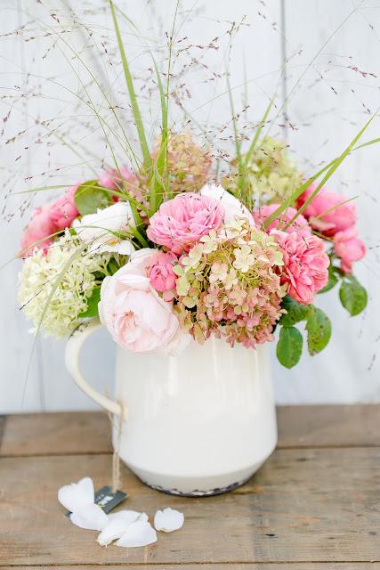 Rosen mit Hortensien und Gräsern