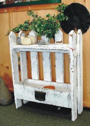 Pot dan dudukan pot bunga terbuat dari laci bekas dan pagar bekas.