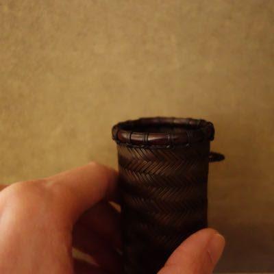 網代に編んだ一輪挿しの掛け花籠