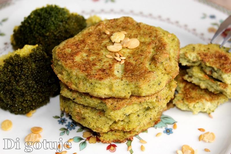 Placuszki brokułowe z prażonym siemieniem lnianym i płatkami sojowymi (bez mąki)