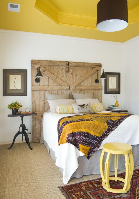 Cabeceira feita com portas rústicas