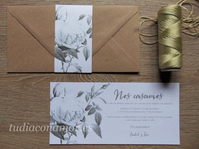 Una invitación bonita y romántica con un diseño sencillo con motivo floral en formato alargado y sobre decorado a conjunto