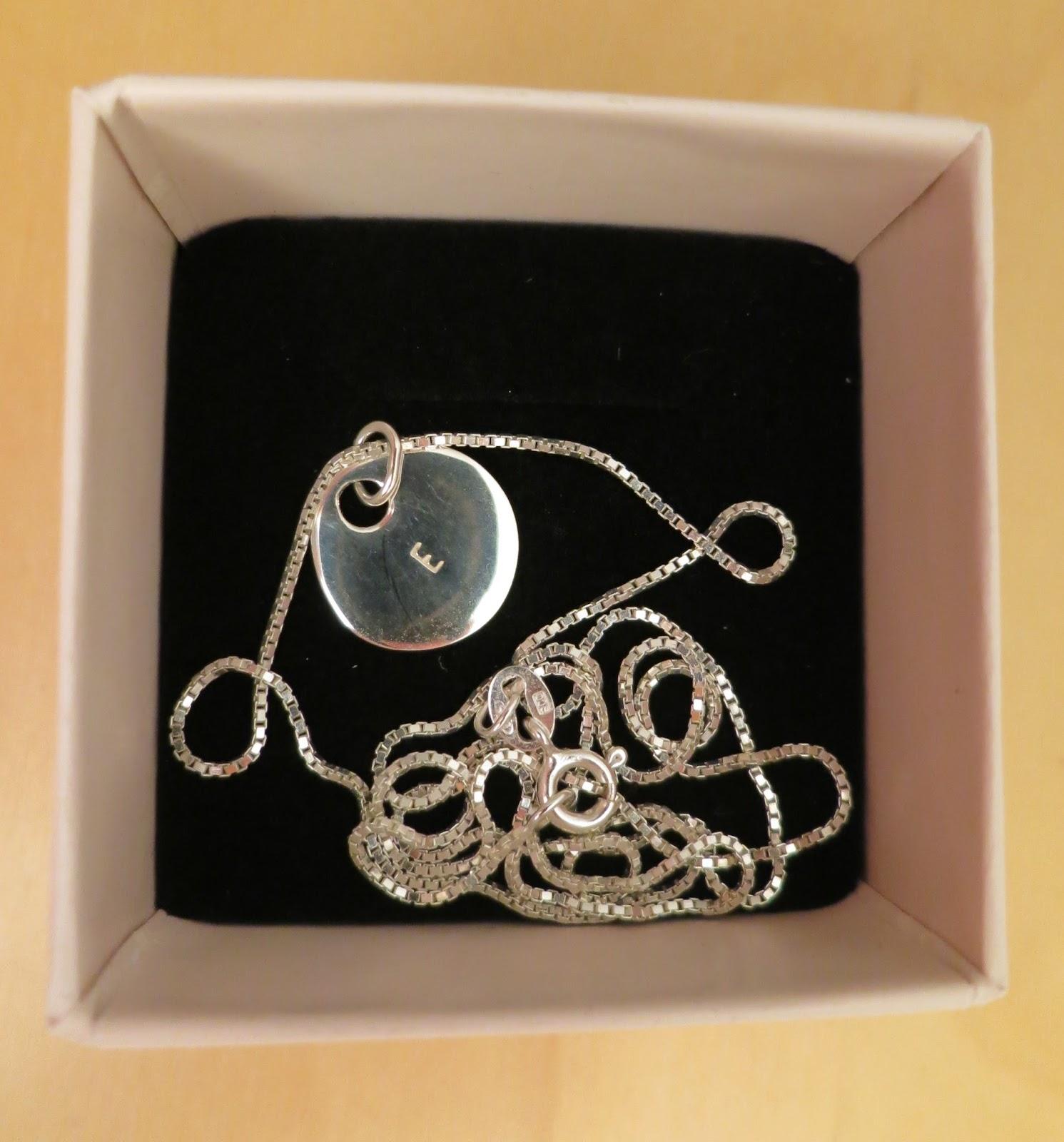 Jag köpte ett enkelt halsband med en kedja på 50 cm och en av hennes Letter  Coin (bokstavsmynt) silver - finns även i brons och guld. 322dc573dbeed