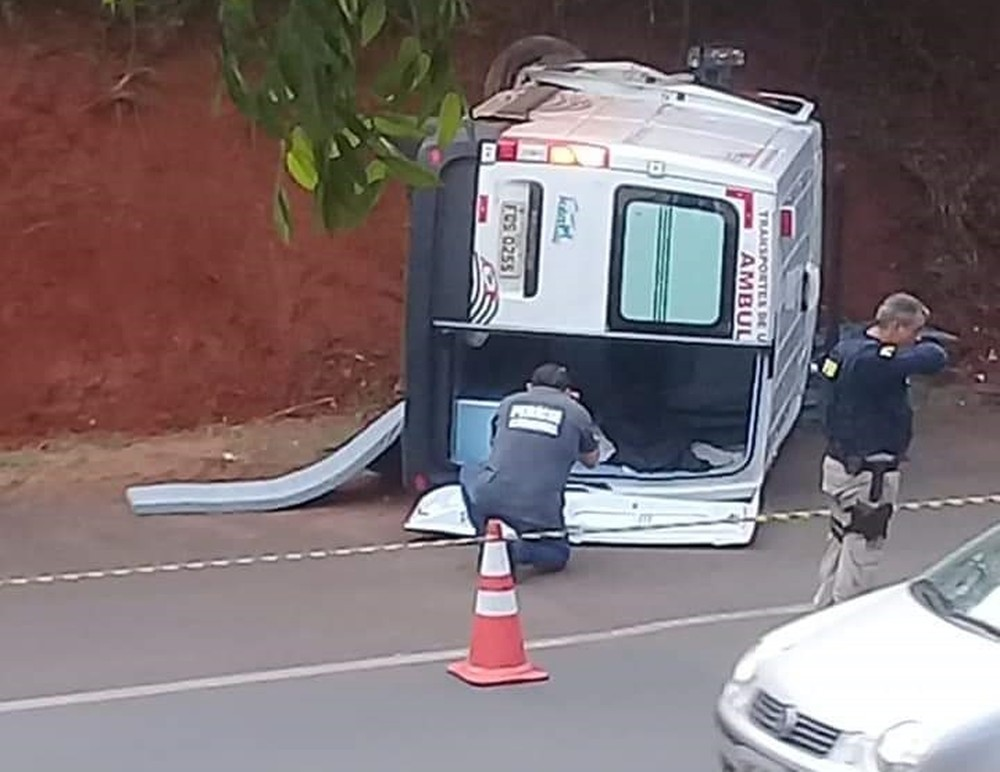 Mulher morre após ambulância bater em um barranco