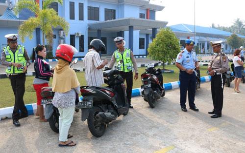TERJARING : Sebanyak 28 pengguna jalan raya terjaring pada razia gabungan Satuan Polisi Militer Lanud Supadio bersama Satlantas Polresta Pontianak yang digelar pada pagi hari tersebut Senin (19/2) Foto Kapentak Danlanud Supadio