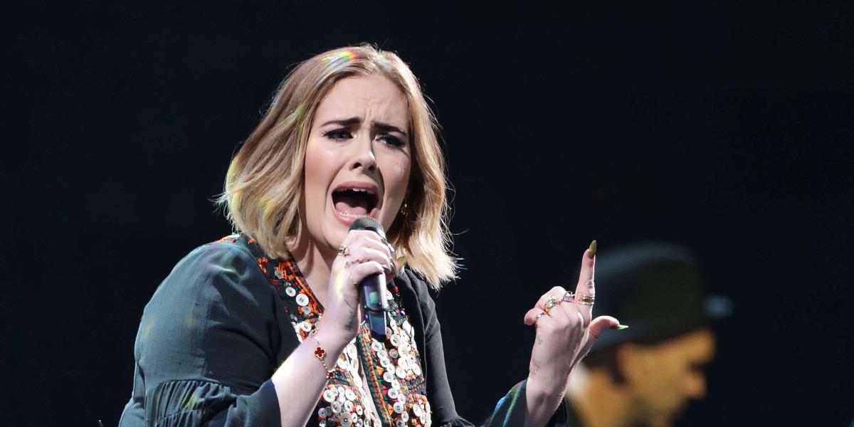 """Adele piensa que su voz """"se ha debilitado"""" desde que dejó el tabaco"""