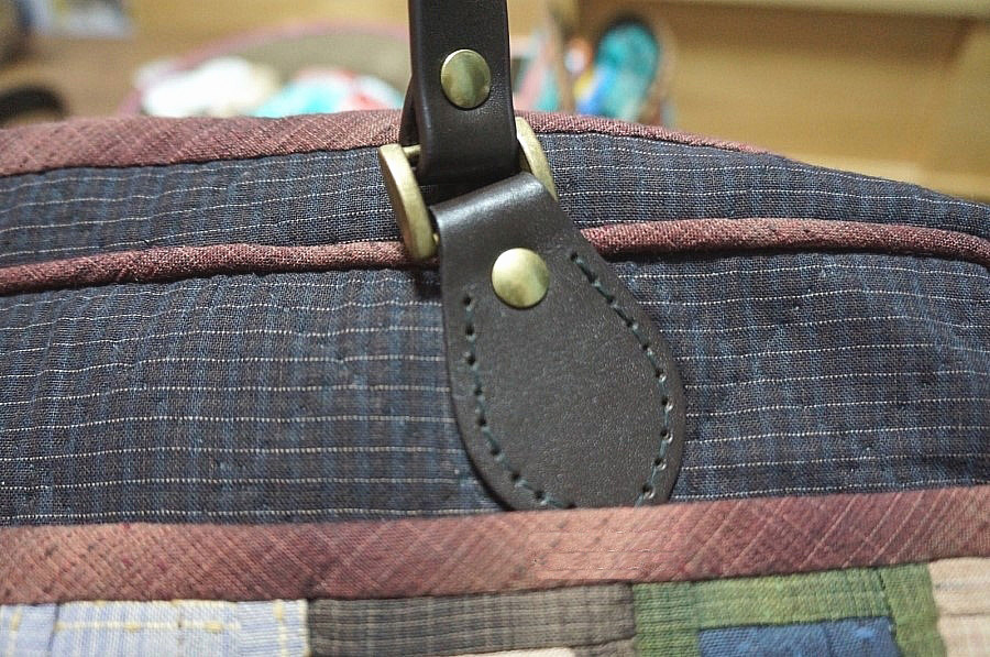 Patchwork style briefcase with shoulder strap and clasp closure detail. DIY step-by-step tutorial. Сумка-портфель в технике печворк