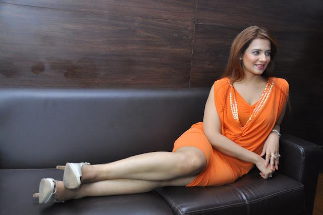 Saloni Stills At Meelo Evaru Koteeswarudu Movie Interview Photos