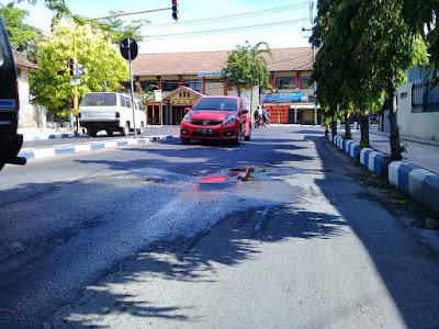 Pipa Bocor Hancurkan Jalan Raya Pintu Gerbang, PDAM Pamekasan Segera Perbaiki