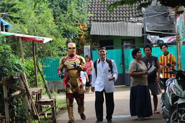 Ditemani Ironman, Caleg PKS Ini Sapa Warga dari Rumah ke Rumah