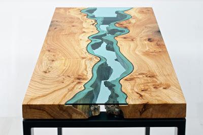 Decoración con mesa de madera y vidrio